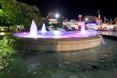 Фонтан на портовом районе города Ялты в ноче Стоковое Фото