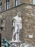 Фонтан Нептуна и Palazzo Vecchio в Флоренсе, Италии Деталь статуи Нептуна Стоковые Фото