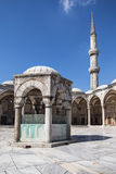 Фонтан омовения и минарет голубой мечети Стоковые Фото