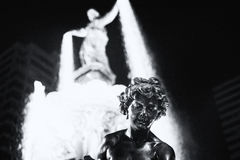 фонтан осветил ночу Стоковые Фото