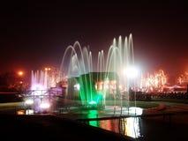 фонтан освещает ночу Стоковое фото RF