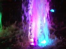 Фонтан, освещенный пестроткаными светами акции видеоматериалы