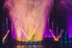 Фонтан пестротканых танцев водоструйный в темноте стоковые фото
