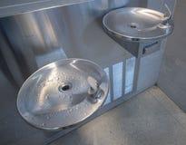 Фонтан питьевой воды нержавеющей стали общественный стоковая фотография rf