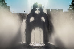 Фонтан поток зеркала стоковая фотография rf