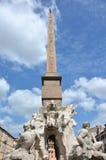 Фонтан 4 рек с старым египетским обелиском в Риме стоковое изображение rf