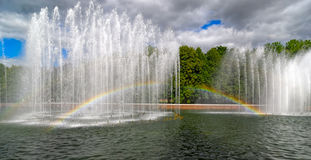 Фонтан сада с радугой Стоковая Фотография