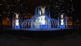 Фонтан светлых гирлянд, вечером в зиме сток-видео
