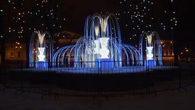 Фонтан светлых гирлянд, вечером в зиме видеоматериал