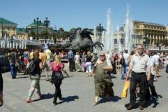 Фонтан статуи Questrian на жаре в июле летнего дня квадрата театра стоковая фотография rf