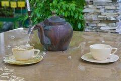 Фонтан сделанный из чашки и бака чая Стоковая Фотография RF