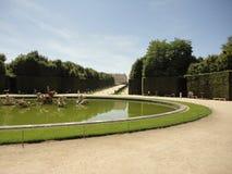 Фонтан с садом на предпосылке Стоковая Фотография RF