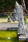 Фонтан с традиционной статуей дракона камня Balinese Стоковое Изображение