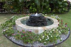 Фонтан с цветками стоковые изображения rf