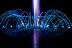 Фонтан танцев на ноче стоковые изображения rf