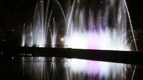 Фонтан танцев на ноче видеоматериал