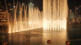 Фонтан танцев с освещением в городе на ноче сток-видео