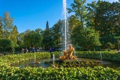 Фонтан тритона в дне осени солнечном 28-ого сентября 2017 Стоковая Фотография
