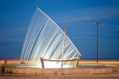 Фонтан шлюпки на пляже Валенсия Malvarrosa, Испании стоковое изображение rf