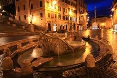 Фонтан Barcaccia на ноче, Риме, Италии Стоковые Фото