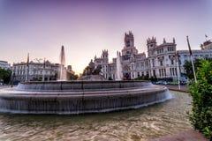 Фонтан Cibeles и здание здание муниципалитета в Мадриде Испании на восходе солнца стоковые изображения