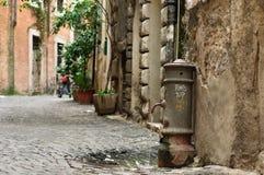 Фонтан faucet античной улицы выпивая в Италии Стоковое Фото