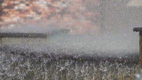 фонтан kazakhstan столицы astana Фонтан в парке города на горячий летний день поток воды, падений и яркой брызгает воды в красиво видеоматериал