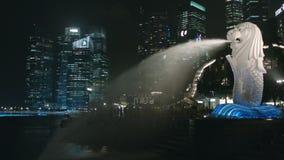 Фонтан Merlion на предпосылке горизонта Сингапура Merlion тварь с головой льва и Советом директоров рыб сток-видео
