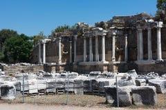 Фонтан Nymphaeus в стороне, Турции Красивые руины большой структуры против голубого неба Стоковые Изображения RF