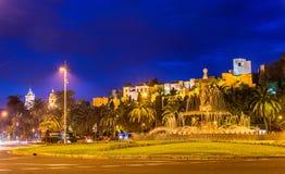 Фонтан Tres Gracias и замок Alcazaba в Малаге - Adalusia, Испании Стоковые Фото