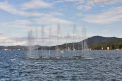 Фонтан Worthersee озера в Velden, Австрии Стоковое Фото