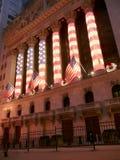 Фондовая биржа Уолл-Стрита исключительно украшаемая с флагом США Стоковые Изображения