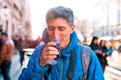 фон рукоятки приносит стеклянный красный цвет monochrome человека удерживания вне к вину стоковая фотография rf