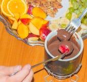 Фондю десерта конца-вверх окуная вилки с плодоовощ Стоковая Фотография RF