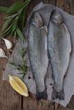 Форель 2 рек на доске, с травами, специи, лимон и перец на деревянной доске, подготавливает для варить рыбы свежие Стоковое Фото