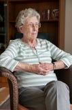 Формат портрета сиротливой старшей женщины стоковое изображение