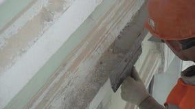 Форма безопасности конструкции лейбориста нося штукатурит стена с инструментом шпателя сток-видео