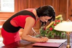 Форма замужества заверителя подписывая Стоковые Изображения RF