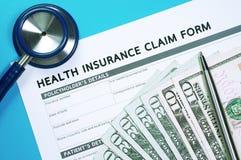 Форма заявки медицинской страховки с деньгами Стоковое фото RF