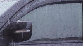 Форма капелек воды на лобовом стекле автомобиля сток-видео