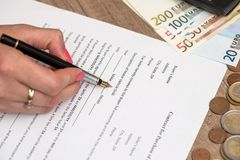 Форма контракта автомобиля с ручкой, калькулятором и евро Стоковое Изображение