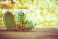 Форма коробки сердца на древесине с backgroundh bokeh Стоковая Фотография