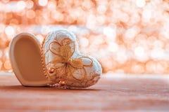 Форма коробки сердца на древесине с backgroundh bokeh Стоковые Изображения RF
