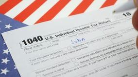 Форма 1040 налоговой декларации личного подоходного налога американца руки заполняя акции видеоматериалы