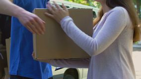 Форма подписания женщины и получать пакет картона, распределение компании по доставке акции видеоматериалы
