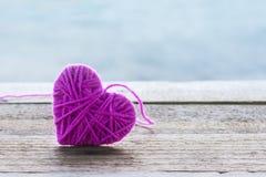 Форма полигона сердца на предпосылке мягкого света Bokeh, полигональная Стоковое фото RF