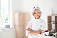 Форма профессионального женского шеф-повара нося стоковые фотографии rf