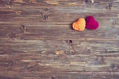 Форма 2 сердец пряжи на винтажной деревянной предпосылке Стоковые Фото