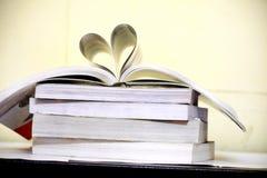 форма сердца книги открытая стоковые фотографии rf