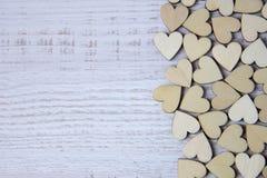 Форма сердца от естественного дерева Полюбите концепцию темы с деревянными сердцами для предпосылки ` s валентинки и полюбите тем Стоковая Фотография RF